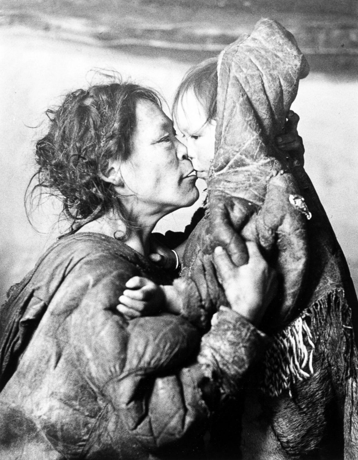 Madre Inuit hace mimos a su hijo