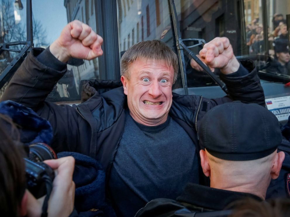 PHOTO: An opposition supporter blocks a police van transporting detained anti-corruption campaigner and opposition figure Alexei Navalny during a rally in Moscow, Russia, March 26, 2017.