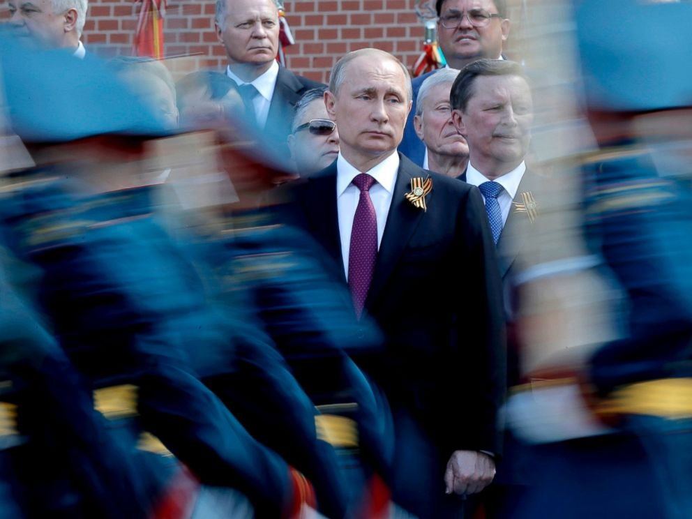 PHOTO: Russian President Vladimir Putin watches the honor guard passing by during a wreath-laying ceremony at the Tomb of the Unknown Soldier by the Kremlin walls in Moscow, Russia, May 9, 2016.