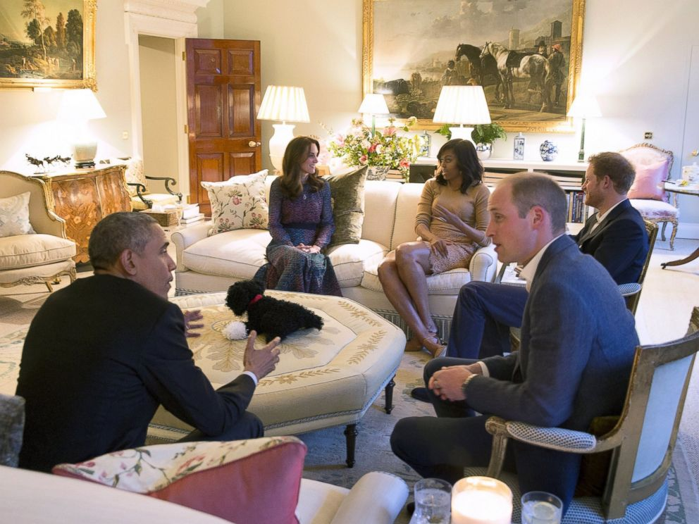 PHOTO: President Barack Obama and first lady Michelle Obama visit Kensington Palace for dinner with Britains Prince William, his wife Catherine, Duchess of Cambridge, and Prince Harry in London, April 22, 2016.