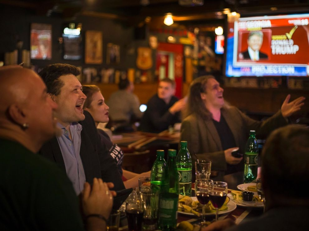 PHOTO: Russian political experts react as they watch a live telecast of the U.S. presidential election in the Union Jack pub in Moscow, Russia, Nov. 9, 2016.