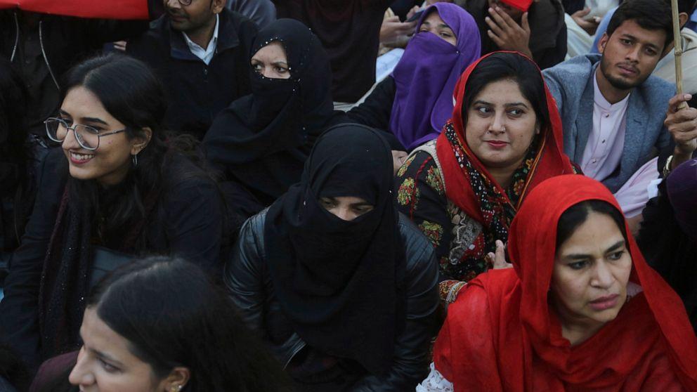 パキスタンの警察担当数百人のデモ参加者との国家反逆罪