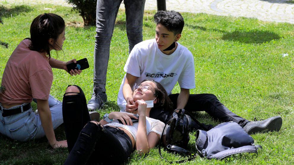 Turkish teenagers get very brief respite from virus lockdown thumbnail