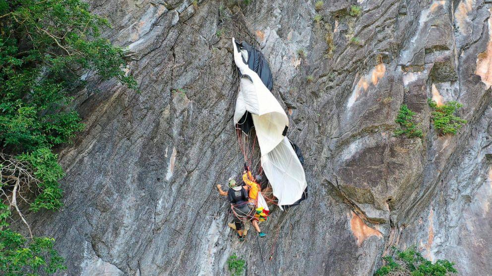 ベースジャンパー救助された側の崖