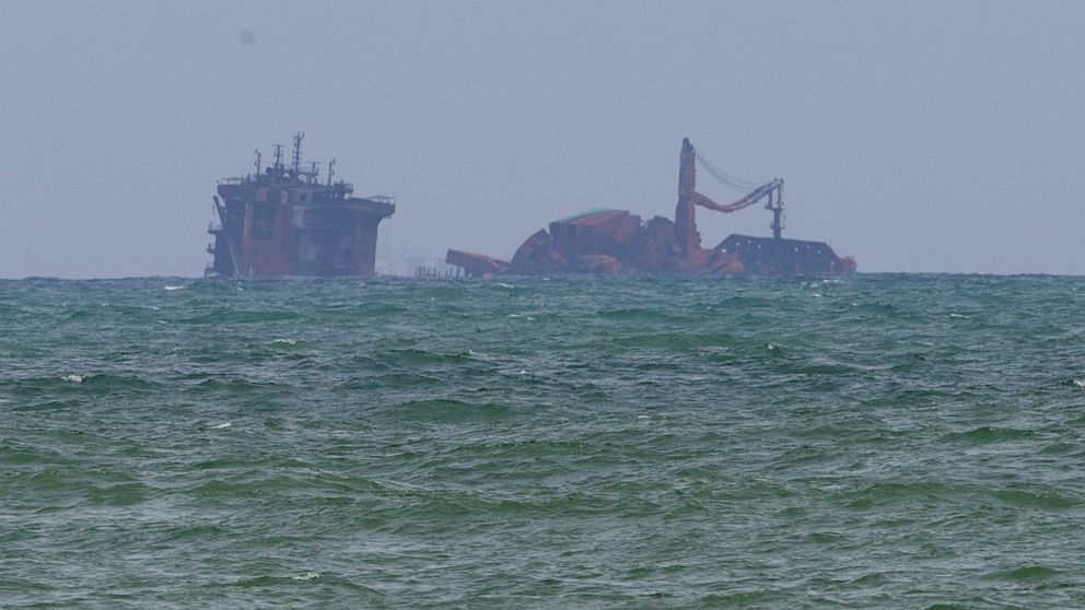 Rough seas hamper Sri Lankan divers examining sinking ship