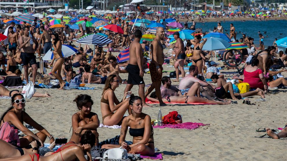 Police close down packed Barcelona beach amid virus spike thumbnail