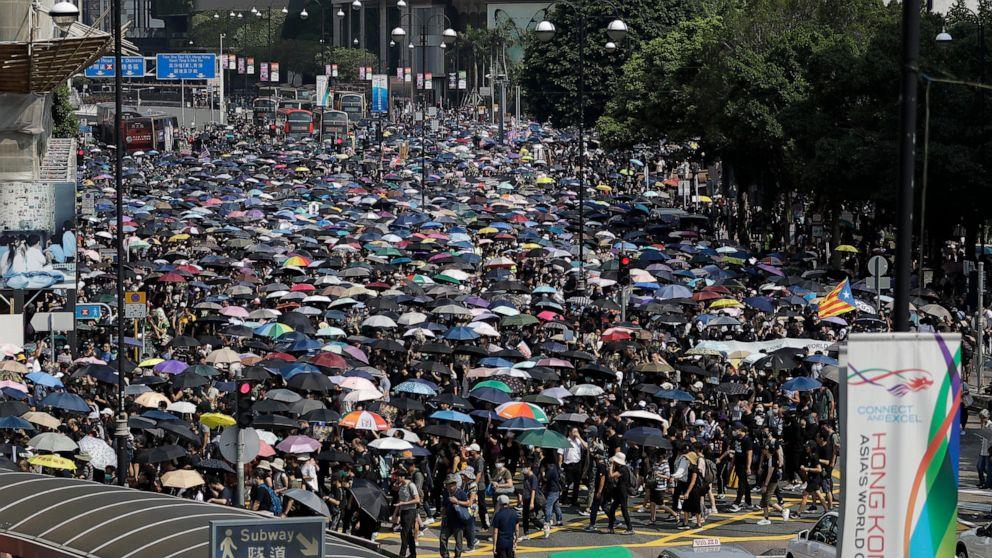 Hong Kong pengunjuk rasa mendirikan penghalang jalan, bentrok dengan polisi