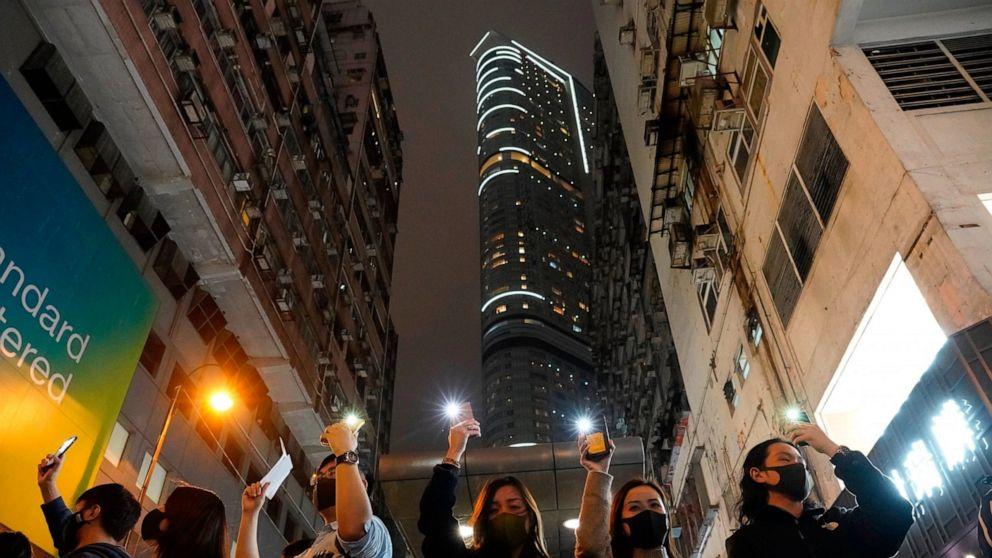 Nachtschwärmer, die Demonstranten zu sehen, im neuen Jahr in Hong Kong