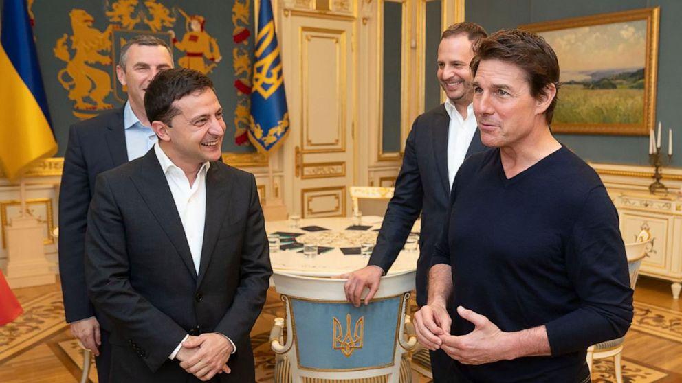 'Kau tampan': Ukraina pemimpin membujuk Tom Cruise