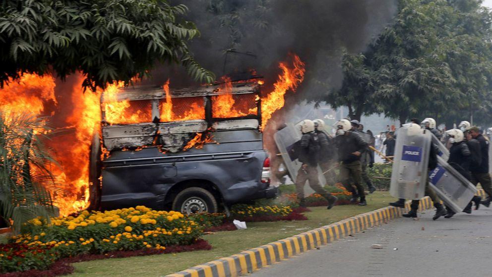 Police: Violence erupts as Pakistani lawyers storm hospital