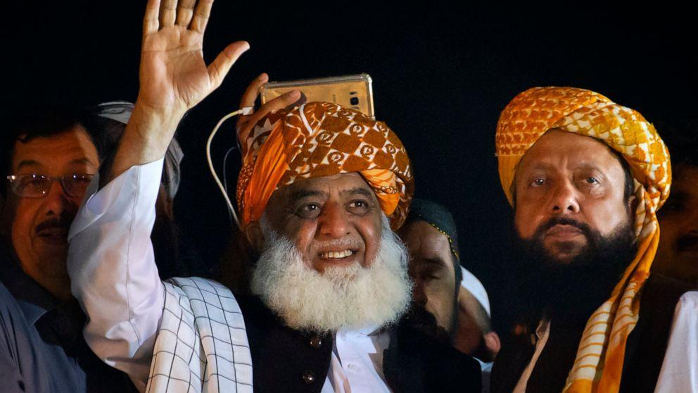 Radical Pakistani cleric mulls move after PM won't resign thumbnail
