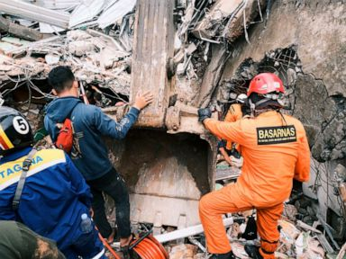 Damaged roads, lack of gear hinder Indonesia quake rescue