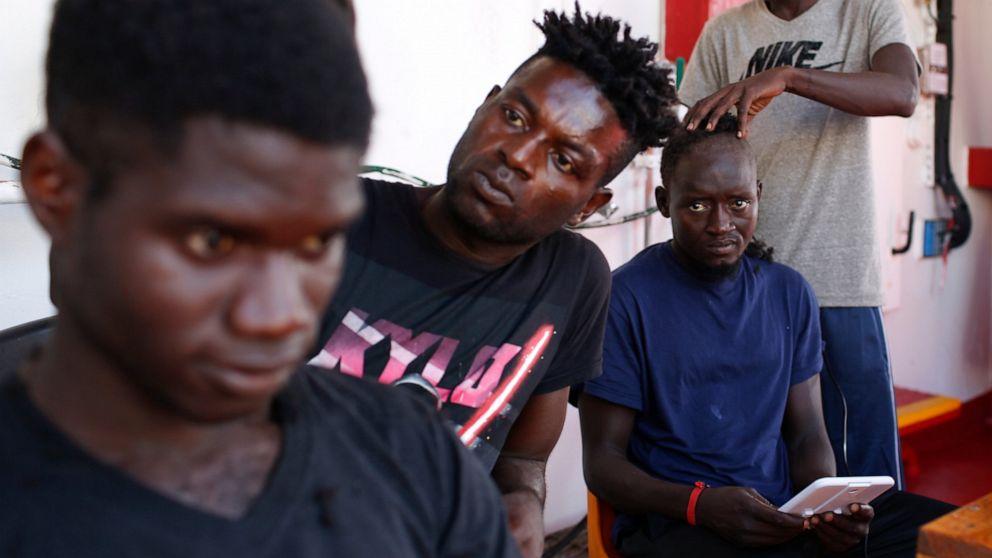 イタリア救助艇82移民できドックでイタリアの島
