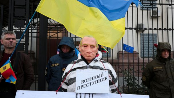 'Glory to Ukraine': Nationalist groups protest president