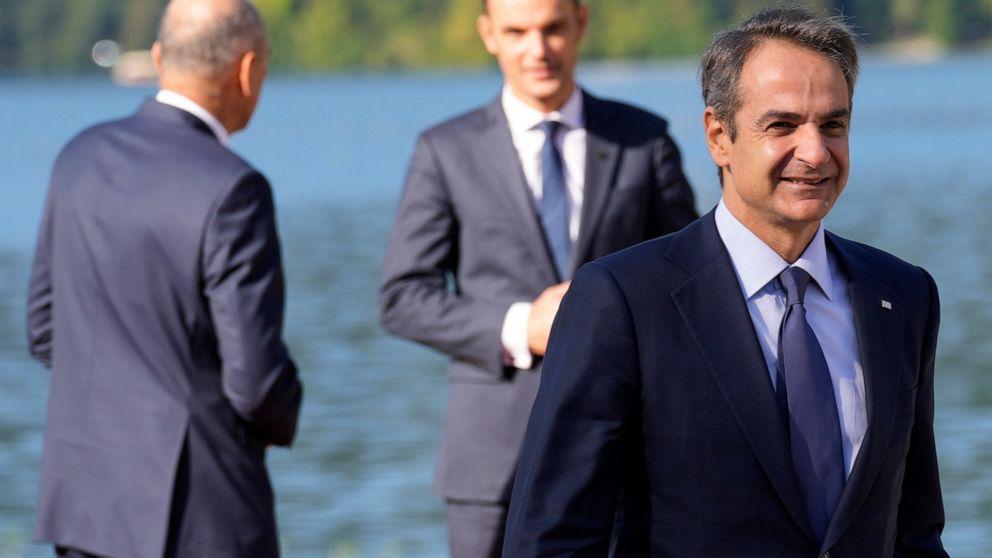 Ο Έλληνας πρωθυπουργός Κυριάκος Μητσοτάκης, δεξιά, φτάνει για μια συνάντηση του Bled Strategic Forum στο Bled Festival Hall στο Bled, Σλοβενία, Τετάρτη, 1 Σεπτεμβρίου 2021. Το Bled Strategic Forum συγκεντρώνει συμμετέχοντες από διάφορους τομείς για να συζητήσουν