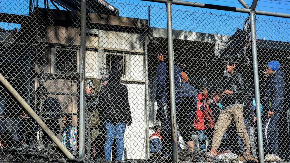 Greek police use tear gas on migrants at Turkish bord thumbnail