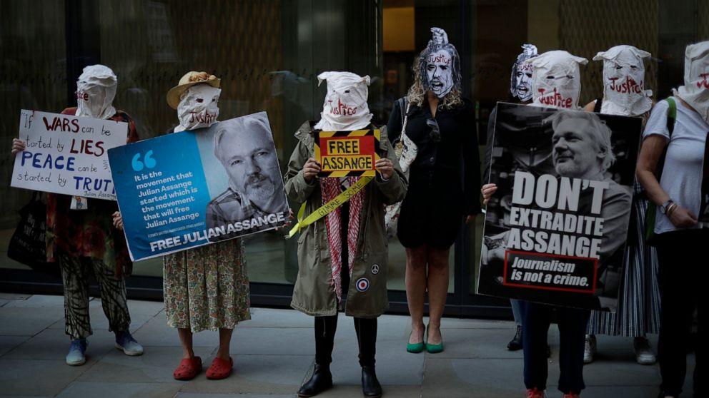 Unterstützer des WikiLeaks-Gründers Julian Assange nehmen am Montag, dem 14. September 2020, an einem Protest vor dem zentralen Strafgerichtshof, dem Old Bailey, in London teil. Die Londoner Gerichtsverhandlung über Assanges Auslieferung aus Großbritannien an die Vereinigten Staaten nahm M wieder auf