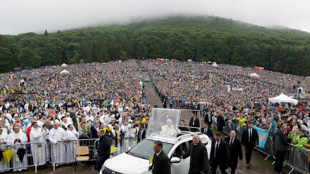 Rains force pope to change Romania travel plans thumbnail