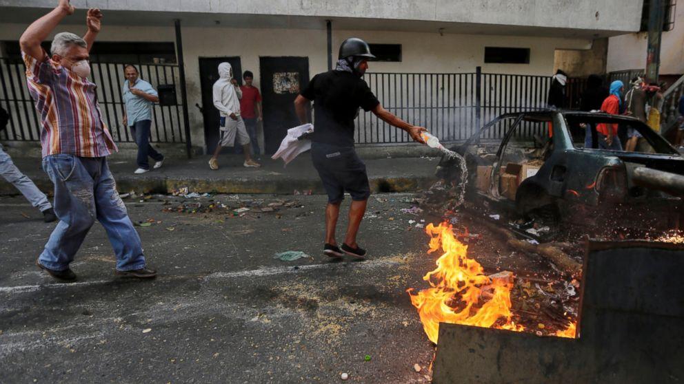 venezuelans-clean-up-after-violent-protests-in-capital