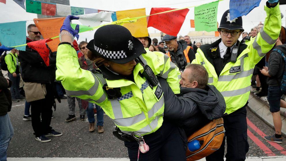 Polisi London menangkap 21 iklim aktivis; protes memanas