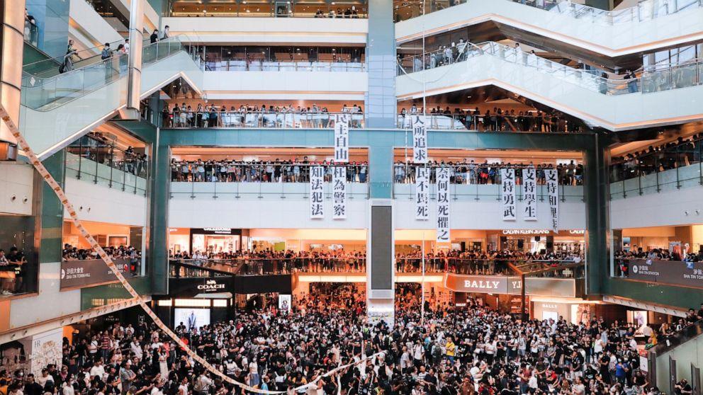 Hong Kong Demonstranten trampeln, chinesische Flagge, set street feuert