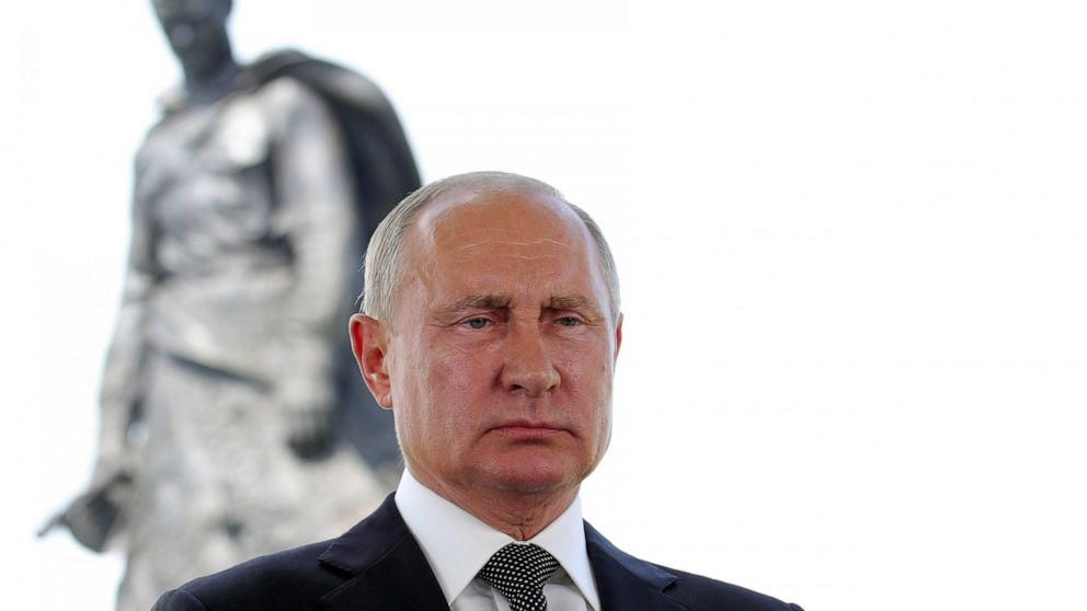 Putin unveils monument to fallen Red Army WWII soldiers thumbnail