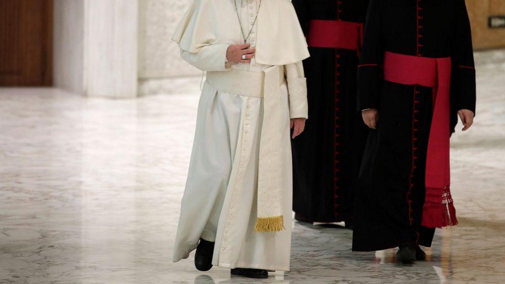 El Papa Francisco llega a la sala de Pablo VI en el Vaticano para una audiencia con estudiantes y maestros del Instituto San Carlo de Milán, sábado 6 de abril de 2019. (Foto AP / Alessandra Tarantino)