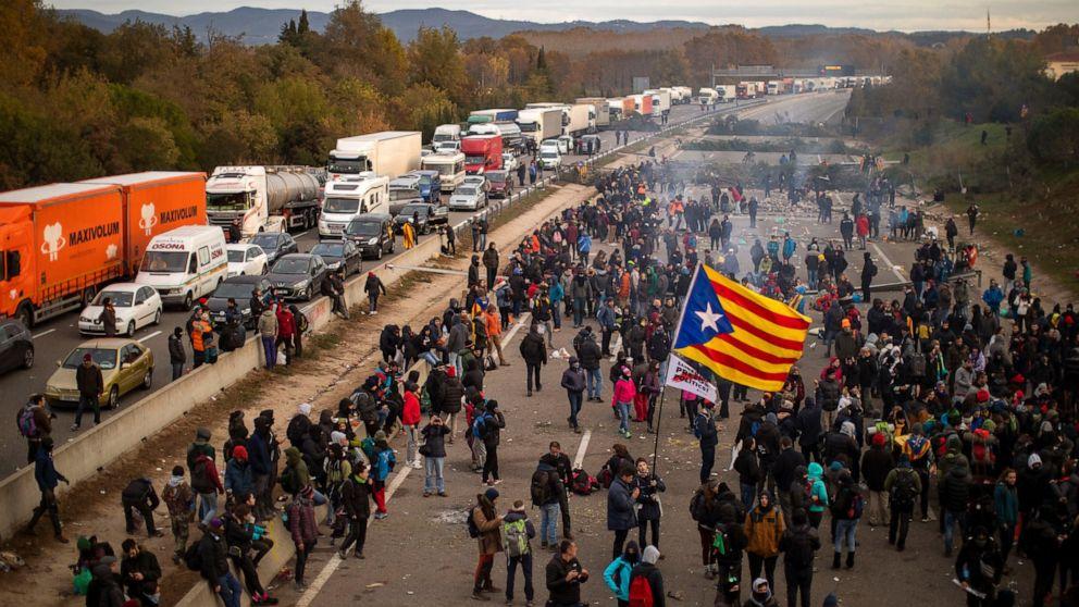 Hundreds of motorists blocked by Catalan separatists thumbnail