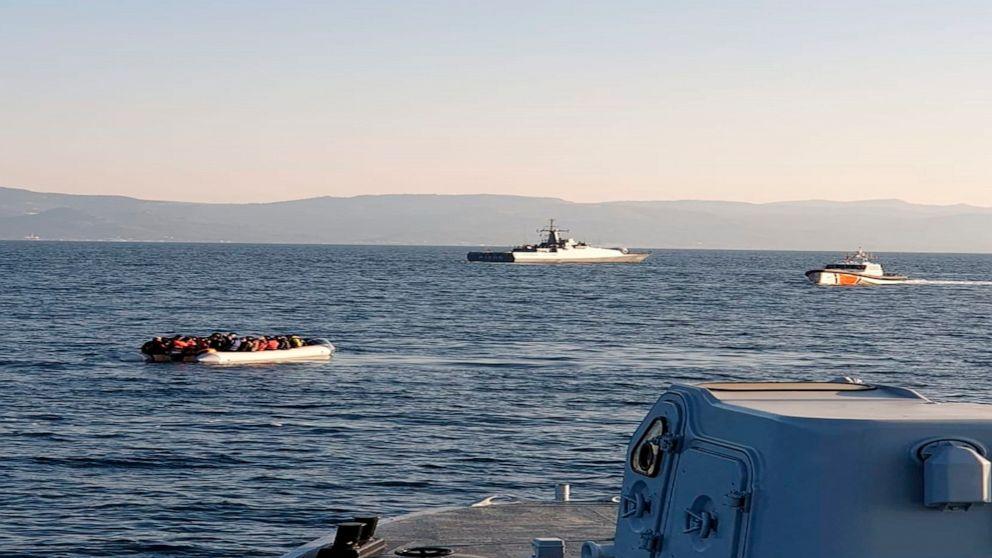 Σε αυτή τη φωτογραφία που παρέχεται από την Ελληνική Ακτοφυλακή και έχει ληφθεί από ένα σκάφος δείχνει μια λέμβος με μετανάστες, αριστερά, με τουρκικά πλοία στο παρασκήνιο, στη στενή έκταση του νερού μεταξύ του νησιού της ανατολικής Ελλάδας και της τουρκικής ακτής στο Fr
