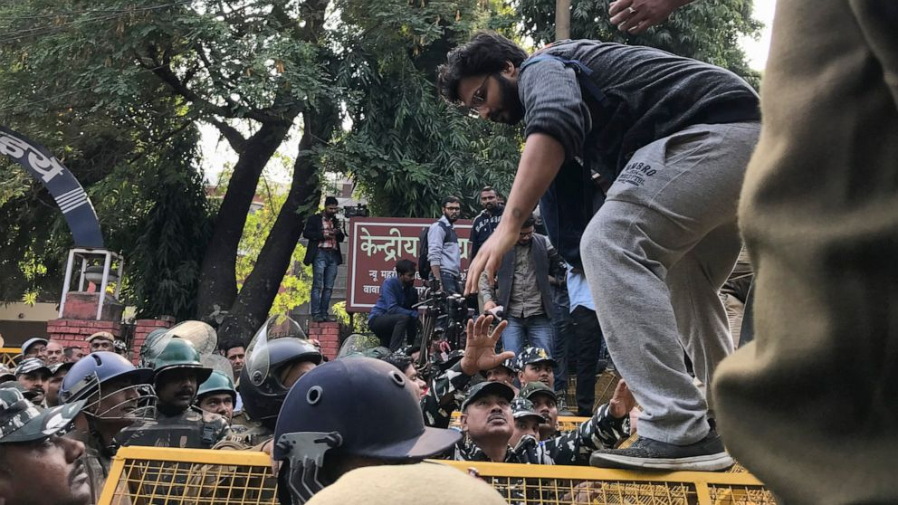 Indian students face off with police amid fee protest thumbnail