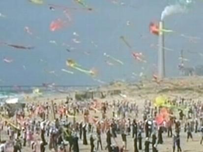 VIDEO: 6,000 children fly their kites on beach in Gaza.