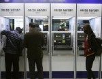 PHOTO:Depositors try to use automated teller machines of Shinhan Bank while the banks computer networks are paralyzed at a subway station in Seoul, South Korea, Wednesday, March 20, 2013.