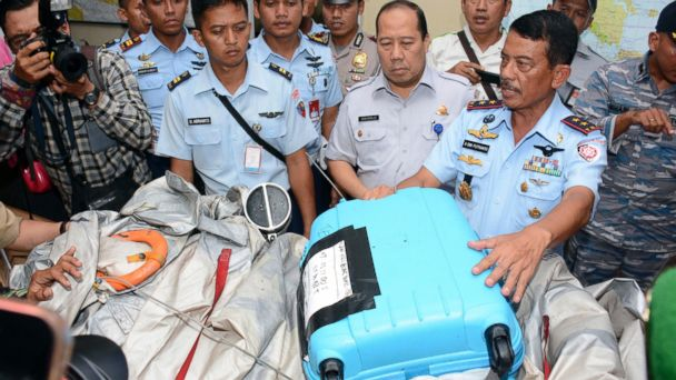 https://s.abcnews.com/images/International/ap_airasia_luggage_debris_3_wy_141230_16x9_608.jpg