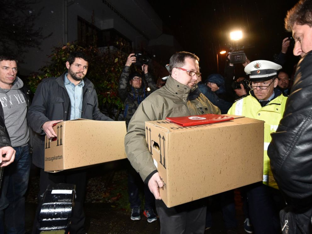 PHOTO: Investigators carry boxes from the apartment of Germanwings airliner jet co-pilot Andreas Lubitz, in Duesseldorf, Germany, March 26, 2015.