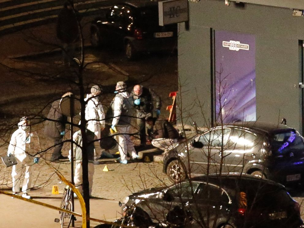 PHOTO: Police officers look for clues at the kosher market, in Paris, Jan. 9, 2015.