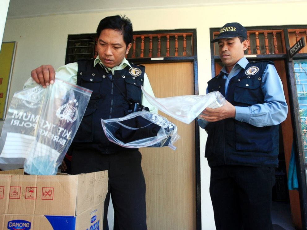 PHOTO: Indonesian forensic police officers view evidence related to the death of an American woman at a police station in Bali, Indonesia, Aug. 13, 2014.