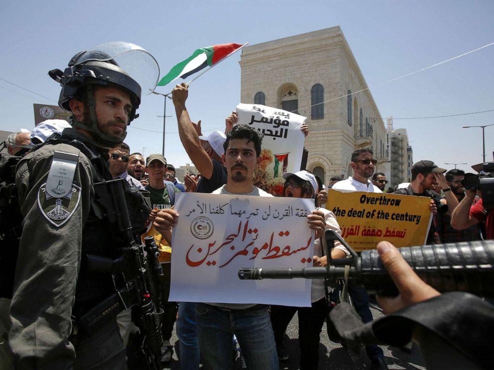 图片:以色列安全部队围绕巴勒斯坦示威者,抗议美国赞助的中东经济会议,该会议于今天在巴林开幕,于2019年6月25日在以色列占领的约旦河西岸城市伯利恒举行。