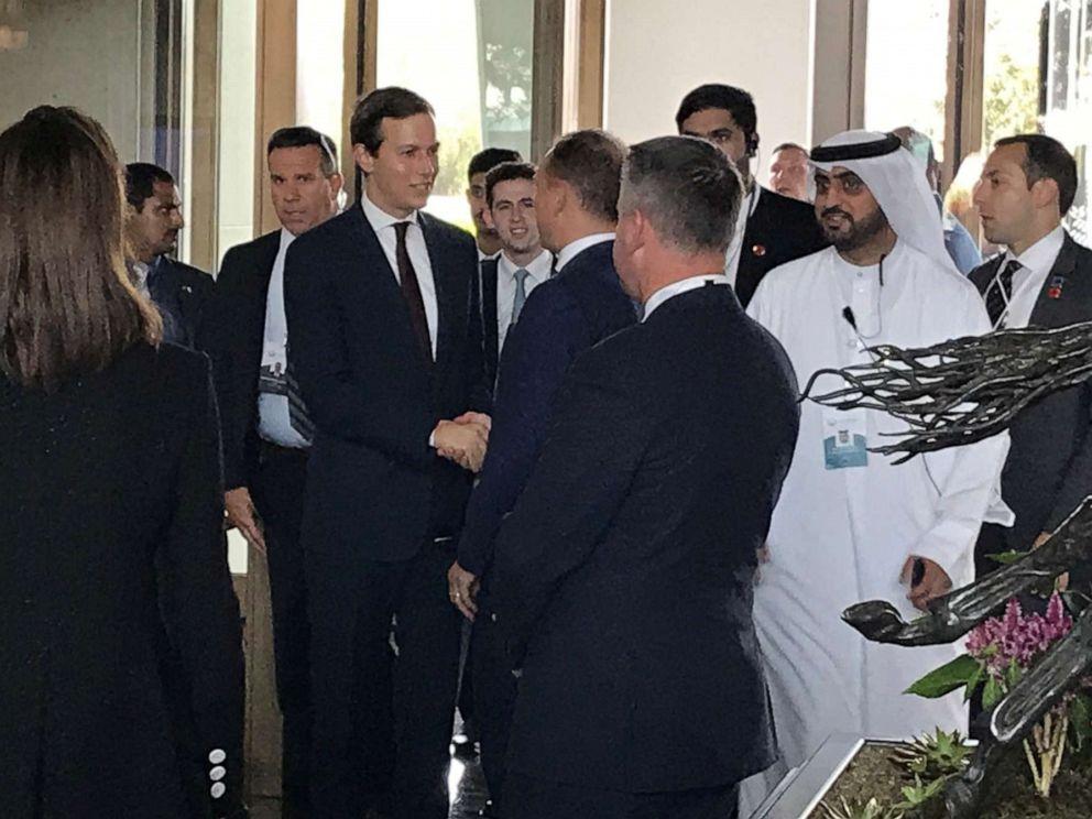 图片:白宫高级顾问Jared Kushner和财政部长Steven Mnuchin于2019年6月25日抵达位于巴林麦纳麦的美国主办的和平繁荣会议的Manamas Four Seasons酒店。