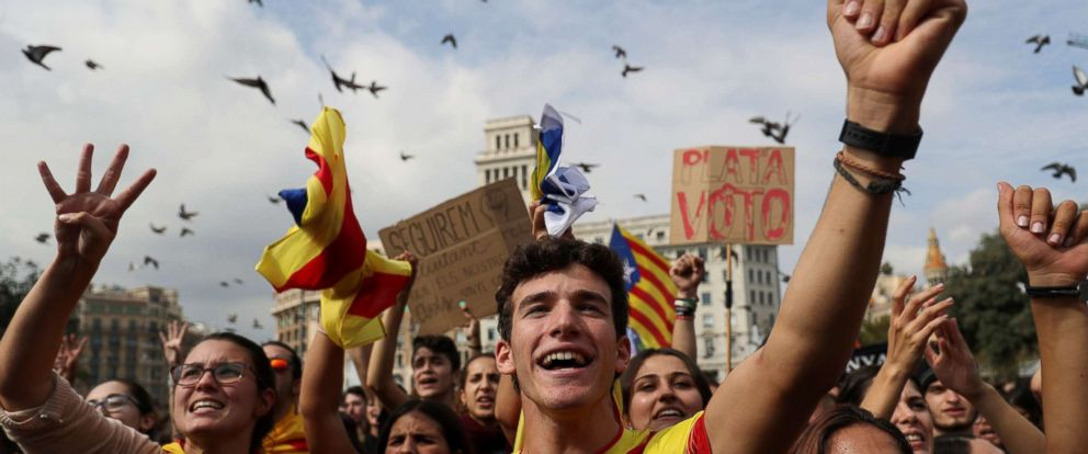 PHOTO: Catalan independence supporters attend a protest the day after the banned independence referendum in Barcelona, Oct. 2, 2017.