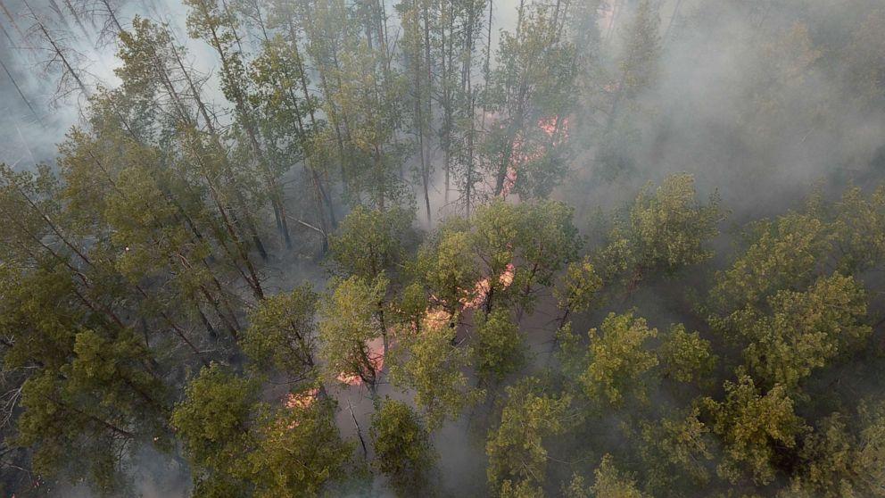 Πυροσβέστες αντιμετώπιση των δασικών πυρκαγιών κοντά στο Τσερνομπίλ που προκάλεσε επίπεδα ακτινοβολίας για να αυξηθεί