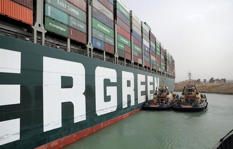 الصورة: صورة نشرتها هيئة قناة السويس في 25 مارس 2021 تظهر قوارب القطر المصرية وهي تحاول تحرير MV Ever Given Given (Evergreen) المملوكة لتايوان