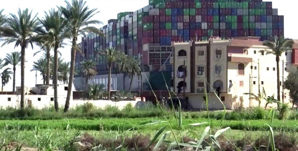 الصورة: سفينة حاويات عالقة إيفر جيفن ، إحدى أكبر سفن الحاويات في العالم ، شوهدت بعد أن جنحت في قناة السويس ، 25 مارس 2021.