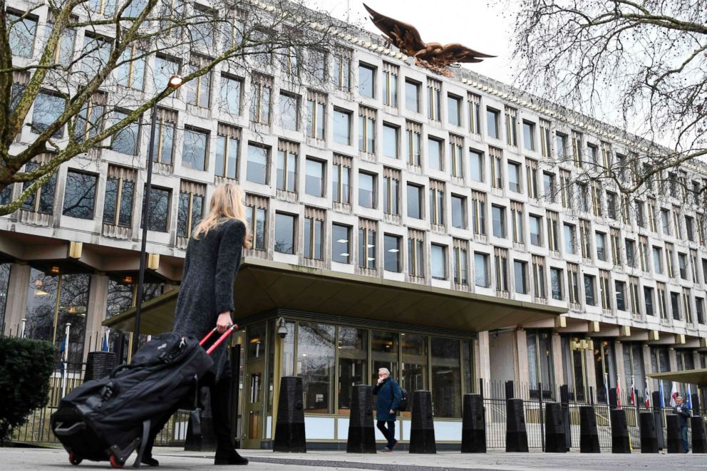 PHOTO: Pedestrians walk past the US embassy in Grosvenor square in central London, Jan. 12, 2018.