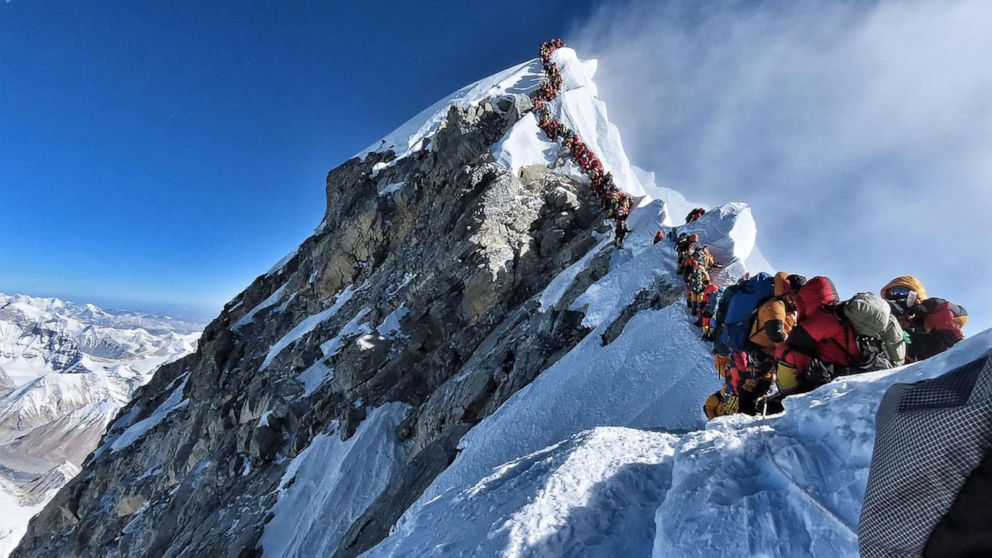 American man who reached Seven Summits dies on Everest thumbnail