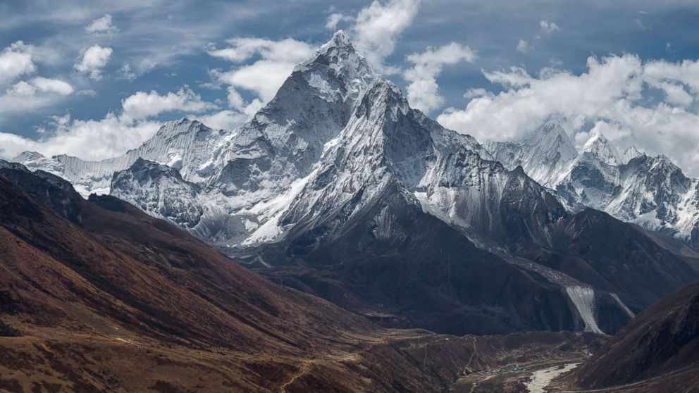 China closes its Mount Everest base camp to tourists because of garbage, waste thumbnail