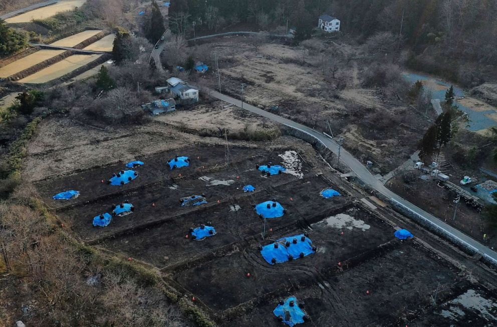 FOTO: Una vista aérea muestra la casa de Sakae Kato cerca de un campo que está siendo descontaminado en una zona restringida en Namie, Prefectura de Fukushima, Japón, el 21 de febrero de 2021.