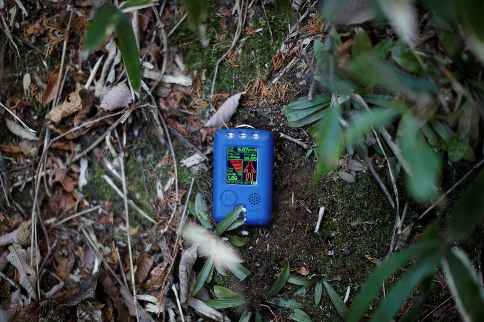 FOTO: Un dosímetro de radiación, traído por un periodista de Reuters, muestra una lectura de 1,89 microsievert por hora en el cementerio familiar de Hisae Unuma, cerca de su casa en la que vivía antes de ser evacuada en Futaba, prefectura de Fukushima, Japón, el 23 de febrero de 2021.