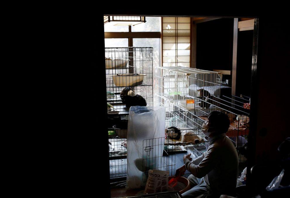 FOTO: Sakae Kato limpia jaulas para gatos en su casa, en una zona restringida en Namie, prefectura de Fukushima, Japón, 20 de febrero de 2021.