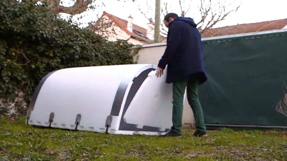 Homeless people in Paris are experimenting a new type of waterproof shelters that remain hot in freezing temperatures.