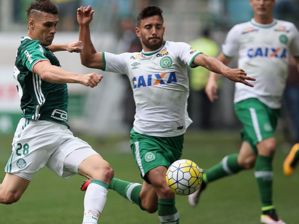 PHOTO: Moises of Palmeiras fights for the ball with Alan Ruschel of Chapecoense during the match between Palmeiras and Chapecoense for the Brazilian Series at Allianz Parque on Nov. 27, 2016 in Sao Paulo, Brazil.